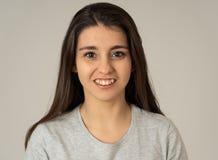 Portret van jonge aantrekkelijke vrolijke vrouw met het glimlachen gelukkig gezicht Menselijke uitdrukkingen en emoties stock fotografie