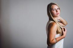 Portret van jonge aantrekkelijke vrouw Stock Fotografie