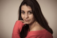 Portret van jonge aantrekkelijke vrouw met gelukkig en het glimlachen gezicht Schoonheidsconcept en levensstijl stock fotografie