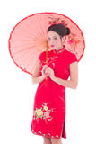 Portret van jonge aantrekkelijke vrouw in rode Japanse kleding met um Royalty-vrije Stock Foto's