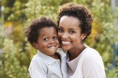 Portret van jonge Afrikaanse Amerikaanse moeder met peuterzoon Royalty-vrije Stock Afbeeldingen