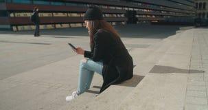 Portret van jonge Afrikaanse Amerikaanse vrouw die telefoon met behulp van stock footage