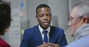 Portret van jonge Afrikaanse werknemer stock videobeelden
