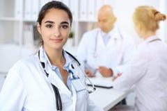 Portret van jonge artsenvrouw in het ziekenhuis Spaans of Latijns-Amerikaans personeel in geneeskunde royalty-vrije stock afbeeldingen
