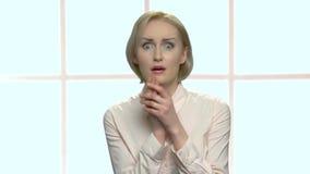 Portret van jonge bang gemaakte blondevrouw stock footage