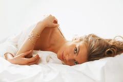 Portret van jonge beautifulwoman ontwaken in de ochtend op Stock Afbeeldingen