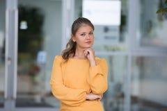 Portret van jonge bedrijfsvrouw stock afbeeldingen