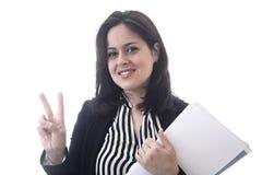 Portret van jonge bedrijfsvrouw die overwinningsteken tonen Stock Foto's