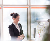 Portret van jonge bedrijfsvrouw op modern kantoor Royalty-vrije Stock Fotografie