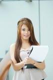 Portret van jonge bedrijfsvrouw status dichtbij venster in modern Royalty-vrije Stock Afbeeldingen