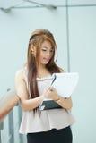 Portret van jonge bedrijfsvrouw status dichtbij venster in modern Stock Fotografie