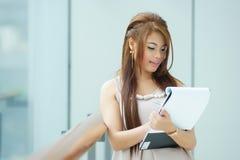 Portret van jonge bedrijfsvrouw status dichtbij venster in modern Royalty-vrije Stock Fotografie