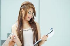 Portret van jonge bedrijfsvrouw status dichtbij venster in modern Royalty-vrije Stock Foto