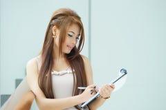 Portret van jonge bedrijfsvrouw status dichtbij venster in modern Royalty-vrije Stock Afbeelding