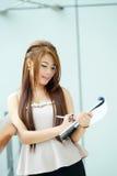 Portret van jonge bedrijfsvrouw status dichtbij venster in modern Stock Foto's