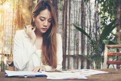 Portret van jonge bedrijfsvrouwen die over iets denken voor stock foto