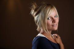 Portret van jonge blonde vrouw Stock Foto's