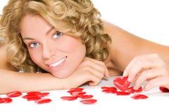 Portret van jonge blonde vrouw met rode valentijnskaart h Royalty-vrije Stock Fotografie