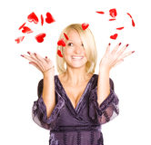 Portret van jonge blonde vrouw met rode valentijnskaart h Royalty-vrije Stock Afbeelding