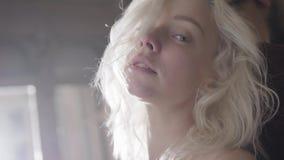Portret van jonge blondevrouw met wijd open het knipperen ogen en mooie lippen stock videobeelden