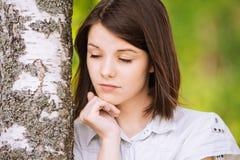 Portret van jonge brunette dichtbij Stock Afbeelding