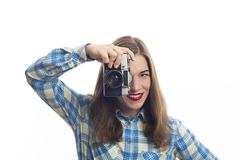 Portret van jonge charmante positieve vrouwenfotograaf stock afbeelding