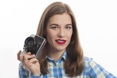 Portret van jonge charmante positieve vrouwenfotograaf royalty-vrije stock afbeeldingen
