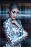 Portret van jonge cybervrouw in zilveren futuristisch kostuum met heldere make-up stock foto's