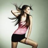 Portret van jonge dansende vrouw Stock Foto