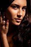 Portret van jonge donkerbruine vrouw Stock Afbeeldingen