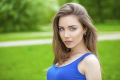 Portret van jonge donkerbruine vrouw Stock Foto's