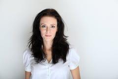 Portret van jonge donkerbruine vrouw in een formele kledingcode Stock Fotografie