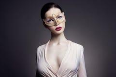 Portret van jonge donkerbruine vrouw tegen een donkere achtergrond Geheimzinnig helder beeld van vrouw met professionele make-up  Royalty-vrije Stock Foto