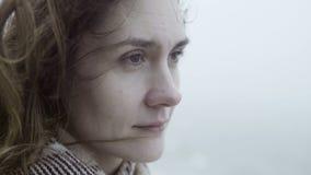 Portret van jonge droevige vrouw in mistige verafgelegen en dag die kijken dromen Donkerbruin haar van peinzende vrouwelijke golv stock footage
