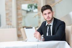 Portret van jonge en gemotiveerde zekere zakenman Royalty-vrije Stock Afbeeldingen