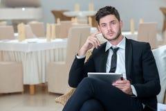 Portret van jonge en gemotiveerde zekere zakenman Stock Foto