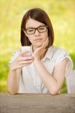 Portret van jonge ernstige vrouw Stock Afbeelding