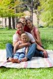 Portret van jonge familie die een picknick heeft stock fotografie