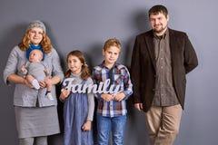 Portret van jonge familie met jonge geitjes Royalty-vrije Stock Fotografie