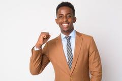 Portret van jonge gelukkige Afrikaanse zakenman die goed nieuws krijgen royalty-vrije stock foto's