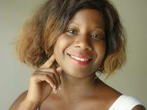 Portret van jonge gelukkige en mooie zwarte afro Amerikaanse vrouw die het ontspannen en zekere het glimlachen vrolijke kijken st stock afbeelding