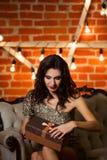 Portret van jonge gelukkige mooie vrouw in gouden kledingsholding royalty-vrije stock afbeelding