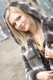 Portret van jonge glimlachende blonde mooie vrouw binnen Stock Fotografie