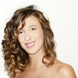 Portret van jonge glimlachende donkerbruine vrouw stock afbeeldingen