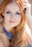 Portret van jonge glimlachende mooie vrouw Royalty-vrije Stock Afbeelding