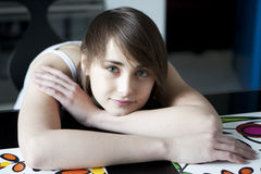 Portret van jonge glimlachende vrouw Stock Foto