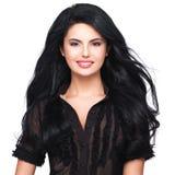 Portret van jonge glimlachende vrouw met lang bruin haar. stock foto