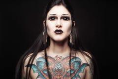 Portret van jonge gotische vrouw met schrik zwarte ogen en gezicht Royalty-vrije Stock Afbeeldingen