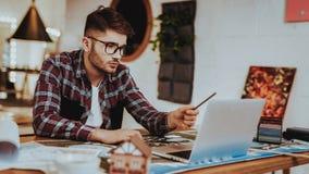 Portret van Jonge Grafische Ontwerper Work op Laptop stock foto's