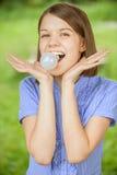 Portret van jonge grappige vrouw met bol in mond Royalty-vrije Stock Afbeelding